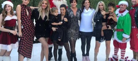 As irmãs posam para foto do especial, mas sem a presença de Kylie