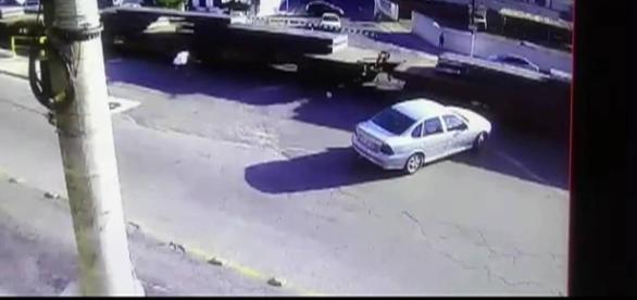 Momento de acidente envolvendo um pedestre e um trem em Barra Mansa