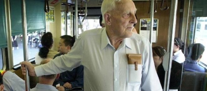 Especialistas dizem que não se deve ceder assentos para idosos em ônibus
