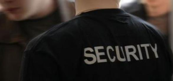 Buttafuori, o meglio, security.