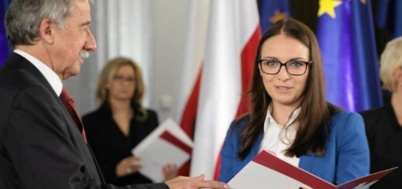 Kwity dla Posłów. PKW wręcza parlamentarzystom zaświadczenia (fot. wyborcza.pl)