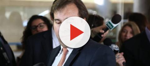 Presidente da Câmara dos Deputados, Rodrigo Maia, se surpreende com telefonema de Temer