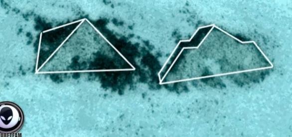 Google Earth image shows pyramid-like structures off the coast of Florida. Image via Secureteam10/Youtube.