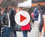 Donne italiane con migranti nel centro di accoglienza