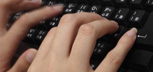 Writing on a keyboard / Adikos via Flickr