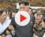 Kim Jong-un circondato dalle sue 'fans'