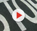 Il segnale di stop sull'asfalto stradale