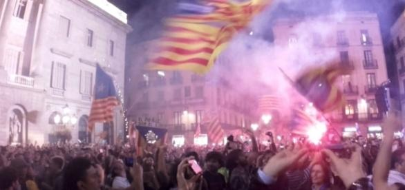 Catalans welcome the Republic in front of one of the Catalan Government headquarters