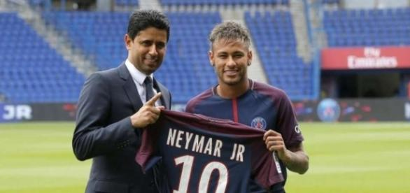Neymar bei der Vorstellung mit Paris-Präsident Nasser Al-Khelaifi (Quelle: tz.de)