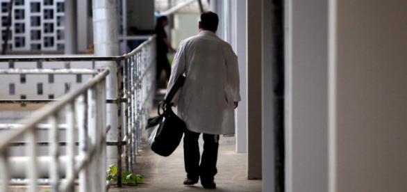 România fără medici: 7 din 10 vor să plece din ţară. Iată de ce