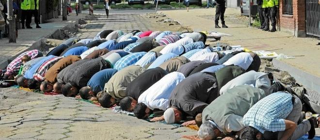 To Polska czy Bliski Wschód? Muzułmanie modlą się na ulicy w Warszawie! [WIDEO]