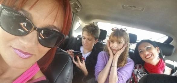 Mary Rider con il gruppo Spicylab al momento dell'arrivo a Barcellona