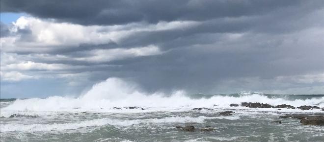Salento, bufera di vento, rami caduti, mareggiata a Otranto: le foto