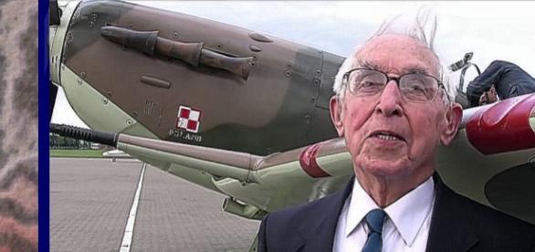 Der 100 Jahre alte Veteran Kornicki vor seinem Flugzeug Spitfire Mk V. (Screenshot)