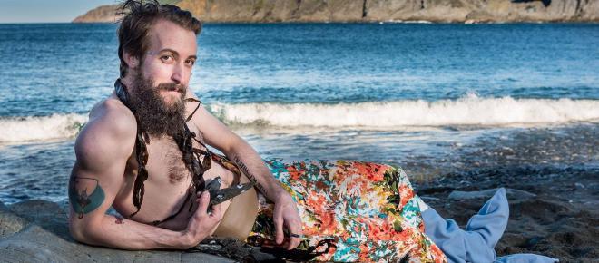 Lançado calendário de homens barbudos vestidos de sereia no Canadá