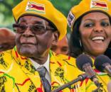 Robert Mugabe și soția sa Grace (52 ani), ce ar fi trebuit să-i succeadă la președinție după ce oponentul ei a fost demis - Foto: dailymail.co.uk