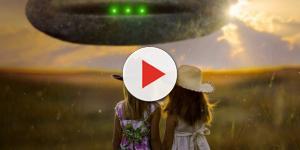 Bambini avvistano un UFO e fanno dei disegni.