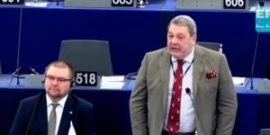 Brytyjski europoseł broni Polski podczas debaty w Europarlamencie (screen YouTube).