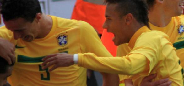Neymar with fellow Brazilian players - Wikimedia commons