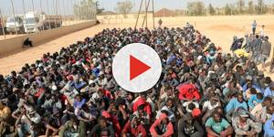 Un folto gruppo di migranti in attesa