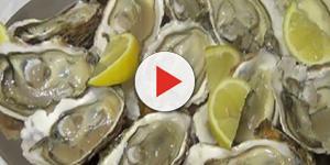 Un piatto ricco di ostriche con limone