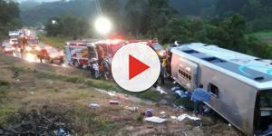 Ônibus com placas de Marmeleiro (PR) capotou na BR-470 em Pouso Redondo (SC) na madrugada deste sábado (18). (Foto: Rádio Educadora/Divulgação)