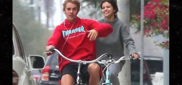 Selena und Justin bei einer Fahrradtour in L.A am 01.November. - tmz.com