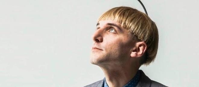 Neil Harbisson, el primer ciborg con una antena conectada a su cerebro