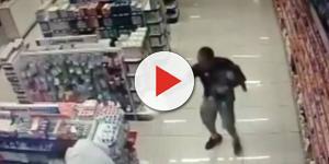 Policial estava fazendo compras na farmácia com filho de colo e foi surpreendido pelo assalto em andamento (Foto: Captura de vídeo)