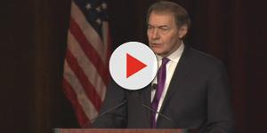 Charlie rose accepts Walter Cronkite Award in 2015 [image source: Cronkite School/ Vimeo]