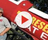 Mike Hughes a fianco del razzo artigianale che ha costruito.