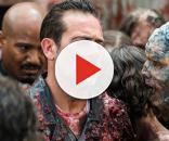 Negan e o padre Gabriel camuflados, cercados por zumbis