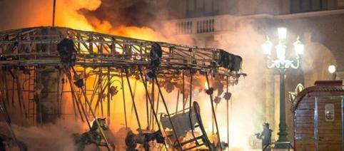 Giostra in fiamme nel centro di Bergamo