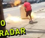 Agente de tráfego filma através do portão homem colocando fogo em radar