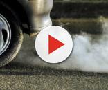 Un'auto sulla strada e lo smog