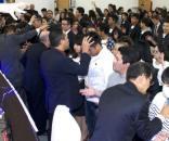 Pastores dando bênçãos em fiéis de igreja evangélica