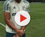 Jogador no campo de futebol da Sociedade Esportiva Palmeiras