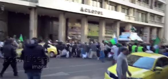 Imigranci kontra kibice w Atenach (screen Youtube).