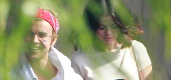 Selena und Justin beim Verlassen seiner Villa in L.A ... celebschool.com