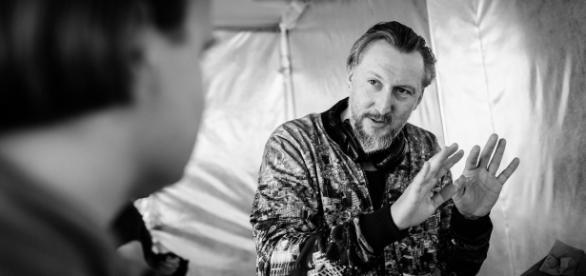 """Reżyser Bodo Kox podczas pracy przy filmie """"Człowiek z magicznym pudełkiem"""" (fot. Bartosz Mrozowski)"""