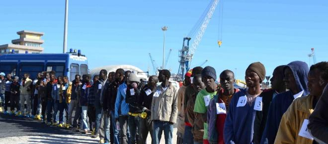 Taranto, nuovo sbarco di migranti: sono circa 300 di cui 32 minori
