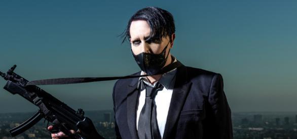 Marilyn Manson torna a far discutere: punta un finto fucile sul suo pubblico