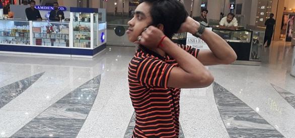 Un adolescent pakistanez își poate răsuci capul cu180 de grade - Foto: Daily Mail (© Caters News Agency)