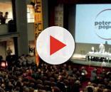 Un momento dell'assemblea di Potere al Popolo: sullo sfondo il simbolo