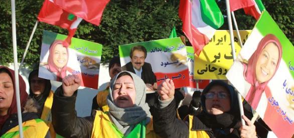 200 Oppositionelle demonstrieren gegenüber der iranischen Botschaft in Berlin (20. Dez. 2017)