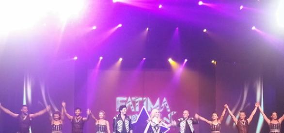 Fátima y el resto del elenco saludan al público marplatense.