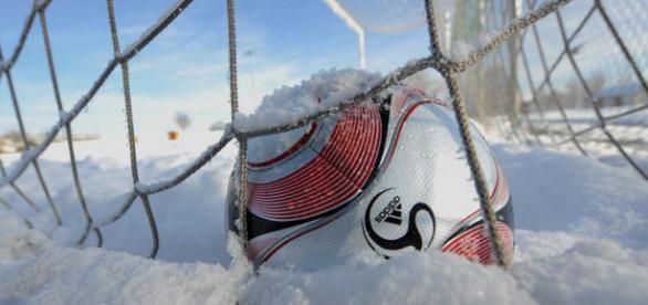 Bei einer ausreichend dicken Schneedecke gehört der Fußball ins Tor, nicht in den Ballschrank. Foto: Markus Ulmen