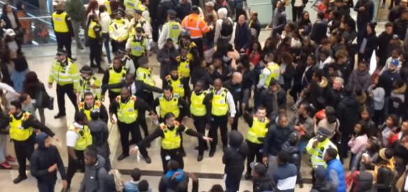 Zamieszki w Londyńskim Westfield Stratford podczas Boxing Day (screen YouTube)