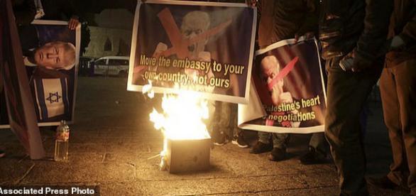 Palestinieni arzând postere cu Trump în Betleem - Foto: Daily Mail (© Associated Press)