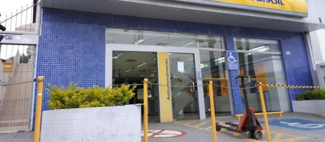 Bandidos usam máquina para roubar cofre de banco no interior de SP
